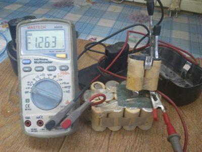 как проверить заряд аккумулятора мультиметром