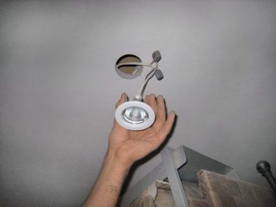 как снять плафон с потолочного светильника