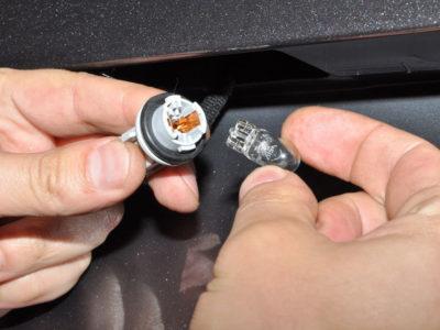 как поменять лампочки подсветки номера на приоре