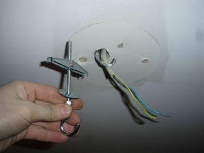 как закрепить провод на потолке