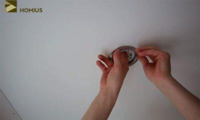 как вставить светильник в натяжной потолок