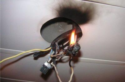 из потолка 4 провода как подключить люстру