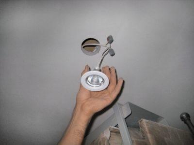 как поменять лампочку в натяжном потолке