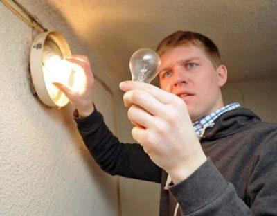 кто меняет лампочки в подъездах