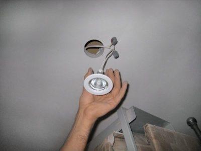 как подключить споты на потолке
