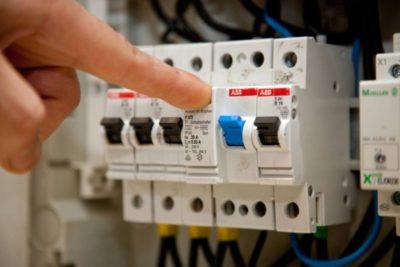 почему трещит автомат в электрощитке