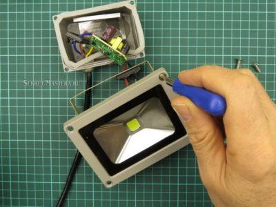 как разобрать светодиодный прожектор с приклеенным стеклом