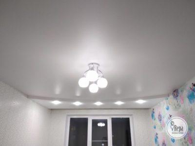 как расположить лампочки на натяжном потолке